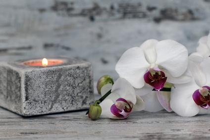 Teelicht mit Orchideenblüte