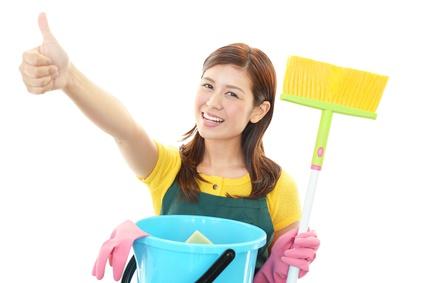 風水。掃除をするガッツポーズの主婦