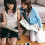 雑誌・新聞を見る女性